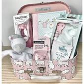 Cestas de bebé (y no tan bebés) personalizadas. Nos adaptamos a ti con muchísimos productos para que queden así de bonitas!! Los maletines de gato son súper chulos, ¿ y qué me decís del doudou unicornio? ❤️❤️❤️❤️. . . . . #farmacia #unicornio #gatos #cestapersonalizada #todoslospresupestos #pregúntanos