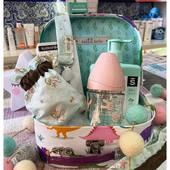 ¿¿Cómo queda de bonita esta cesta en la que combinamos productos @suavinex_spain con @__loritos__ ?? ❤️❤️ Un gusto de cosmética y una maravilla de productos para completar las cestitas con todo el amor!!! Como siempre, nos adaptamos a todos los presupuestos y hacemos ENVÍOS 🚚 a toda la península a través de: ✉️ Mensaje directo. 💚 Whatsapp al número 691329833.  #algodonorganico #bebés #cestaspersonalizadas #muchísimoamor